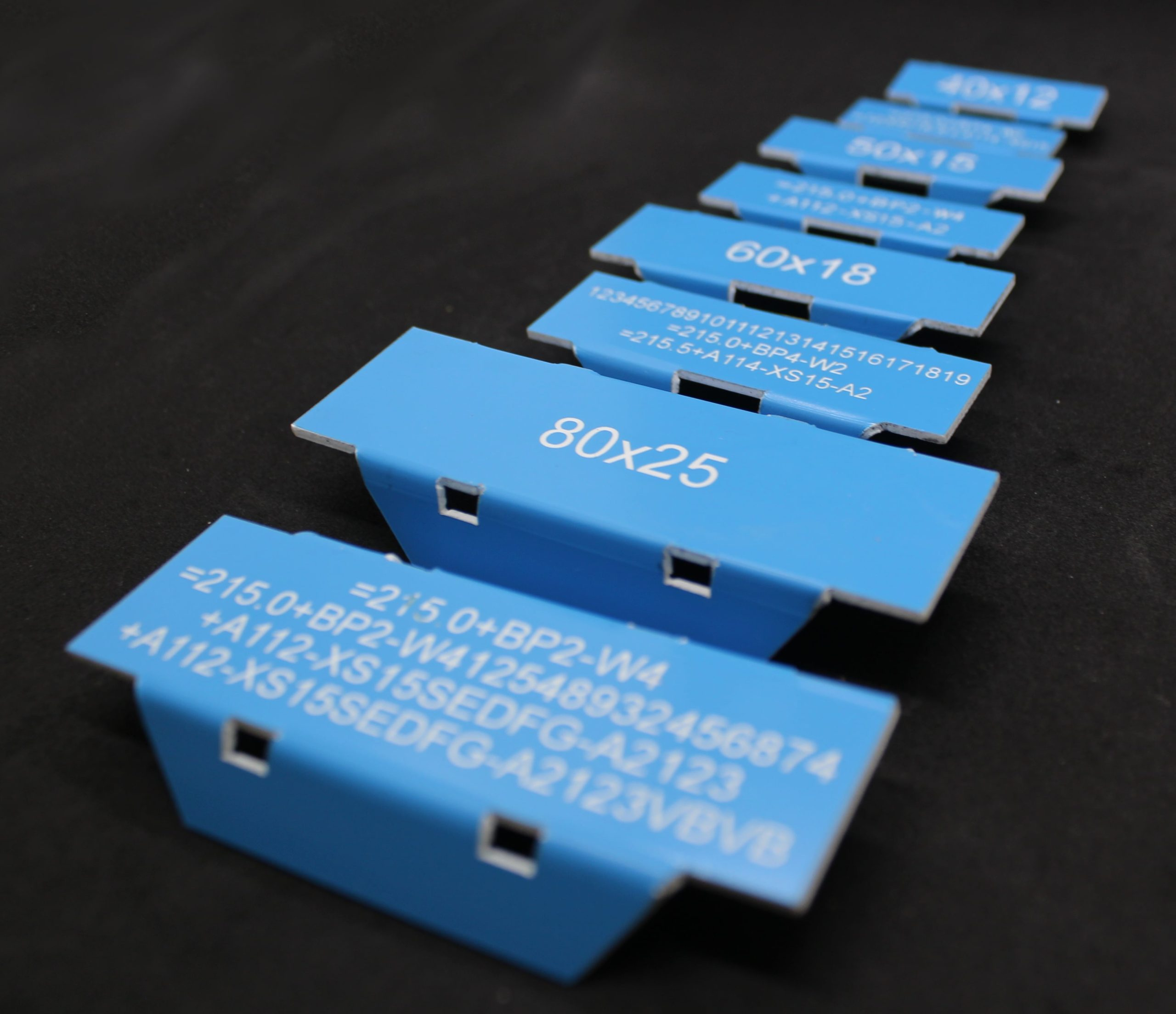 Plastové ohýbané štítky